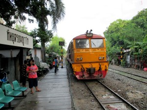 Eastern Line train stopping at Phaya Thai