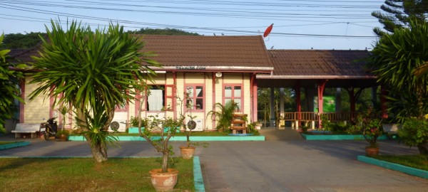 Photo of the front of Ban Krut Railway Station
