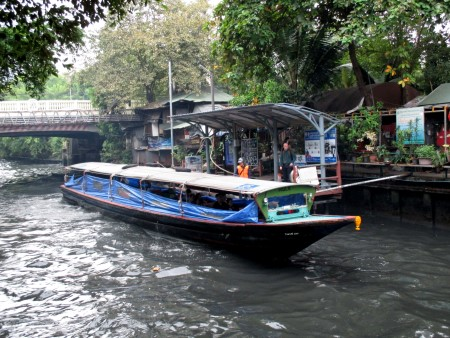 Canal boat arriving at Hua Chang pier