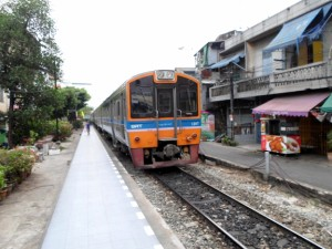 commuter train arriving at Talat Phlu