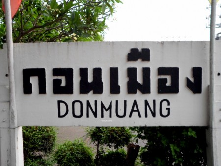 photo of the Don Muang train station sign