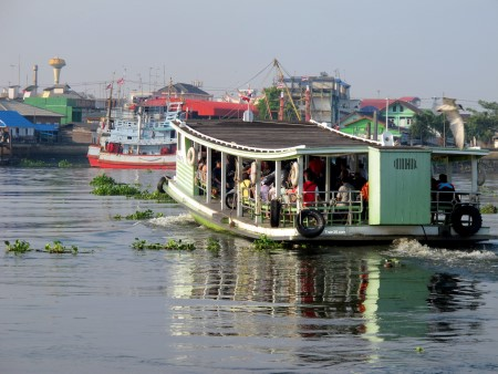 photo of the ferry crossing Tha Chin river to Ban Laem train station