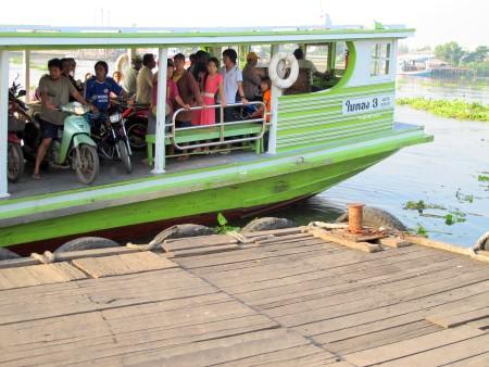ferry boat arriving Maha Chai pier