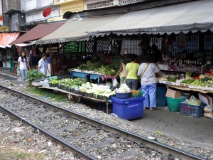 The railway track between Wongwian Yai and Talat Phlu