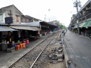 Talat Phlu station and Liap Tang Rot Fai alley