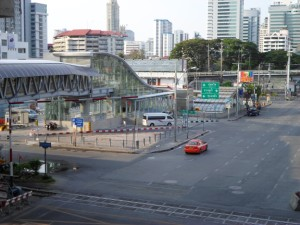 the walk way and the MRT Petchaburi station from Makkasan station