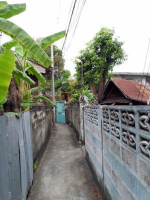 Photo of typical small lane in Talat Phlu area of Bangkok