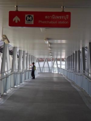 the walk way to Petchaburi MRT station from Makkasan