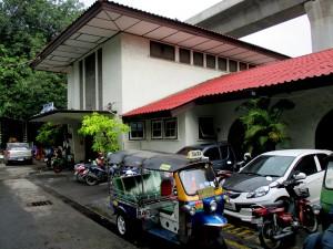 Makkasan Railway Station main entrance on Nikhom Makkasan Road