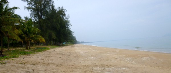 Photo of the long sandy beach in Bang Saphan to the south of town