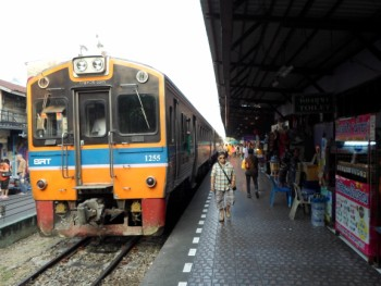 commuter train at Wongwian Yai station