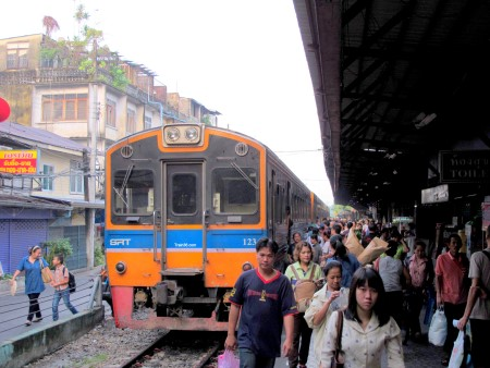 photo of a Train arriving at Wongwian Yai
