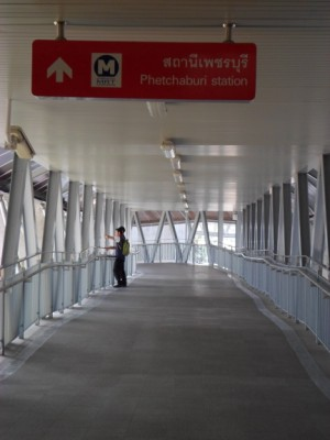 the walk way to Petchaburi MRT station from Makkasan