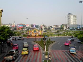 Photo ot the Wongwian Yai roundabout and Taksin statue